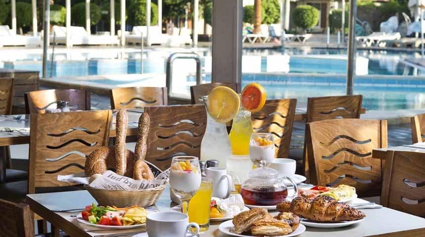 завтрак у бассейна