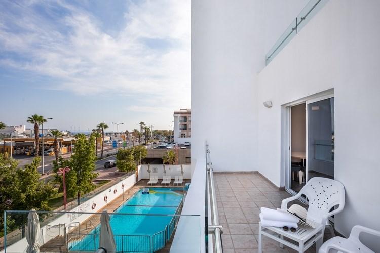 Свита с балконом и видом на бассейн
